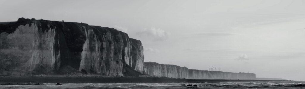 Étendue des falaises à marée basse vers le sud depuis le banc rocheux des Câtelets aux Petites Dalles au départ de la valleuse des Grandes-Dalles